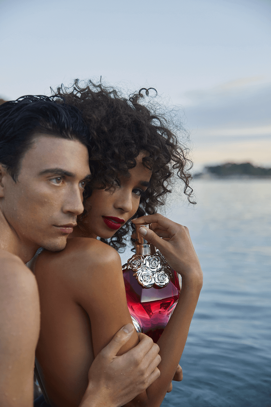 Visual of the new campaign with a couple and the bottle La Belle